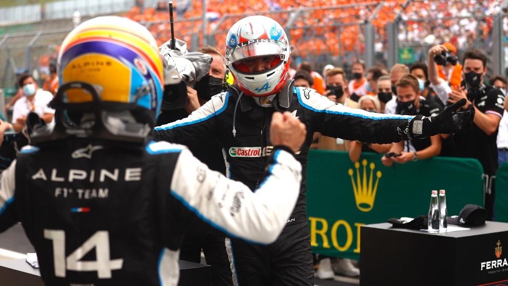 Ocon y Alonso celebrando la primera victoria del francés en F1 en...