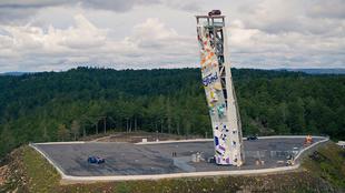 El coche, situado en lo alto de la torre de 47 metros de altura.