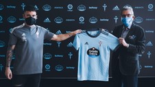 Javi Galán posa con la camiseta del Celta junto al presidente Carlos...