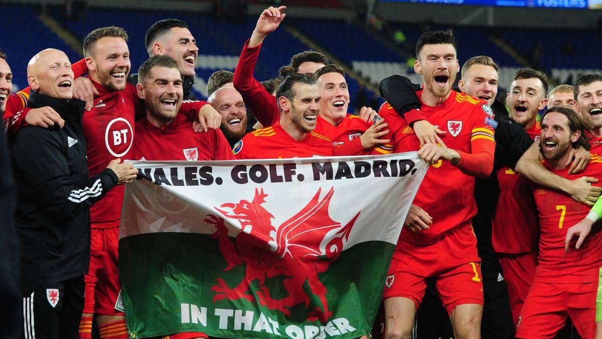 Bale, sosteniendo alegre la polémica bandera.