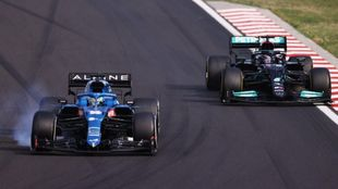Alonso bloquea en la curva 1 de Hungaroring ante Hamilton.