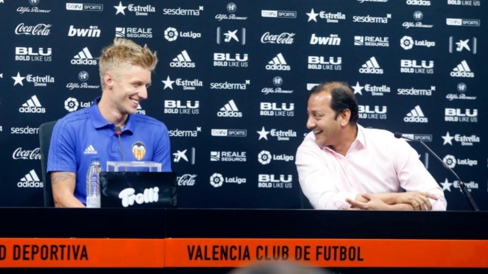 Wass y Murthy sonríen el día de la presentación oficial del jugador danés.