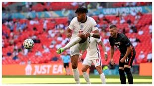 Tyrone Mings despeja un balón en el Inglaterra-Croacia.