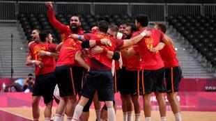 Los jugadores de la selección española de balonmano celebran la...