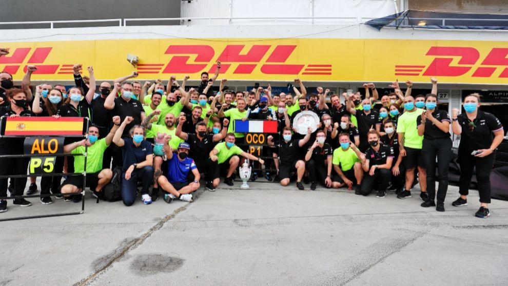 Alonso, sentado, Ocon y todo Alpine en Hungaroring.