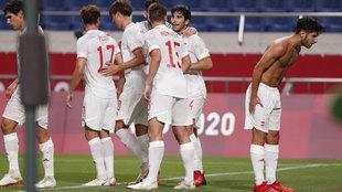 Marco Asensio celebra sin camiseta el gol mientras el resto de sus...