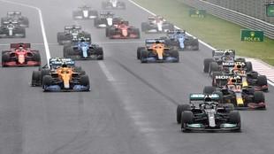 La salida del GP de Hungría, con Hamilton y los dos Red Bull en...