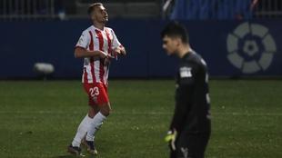Fran Villabla celebra un gol con el Almería, su anterior equipo, en...