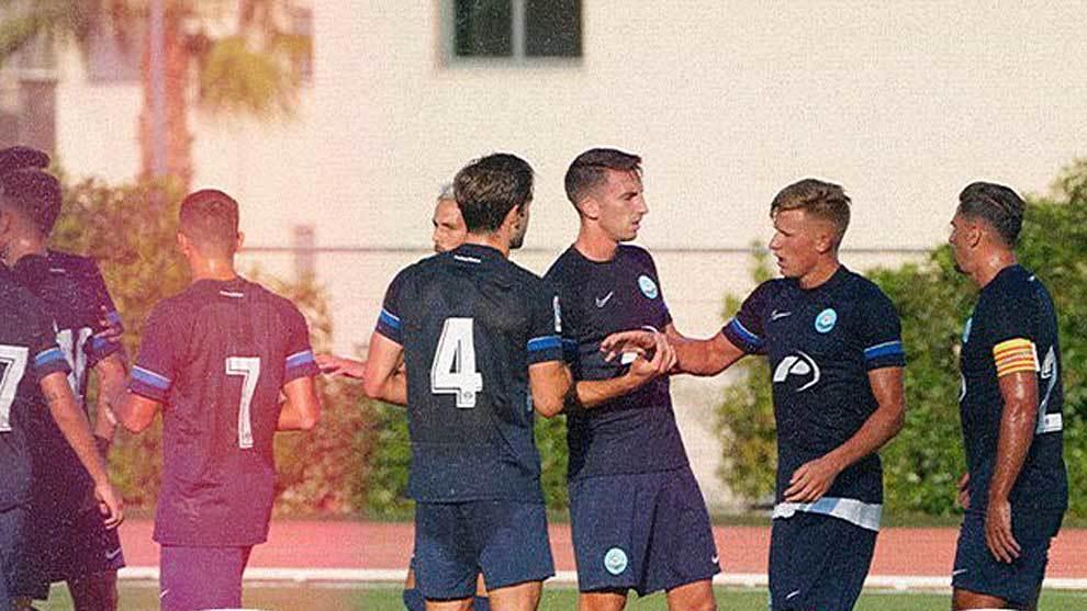 Mateusz Bogusz celebra con sus compañeros uno de los dos goles marcados