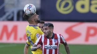 Negredo y Correa disputan un balón aéreo en un encuentro de la...