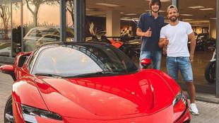 Agüero, con el Ferrari SF90 Stradale que estuvo probando en...