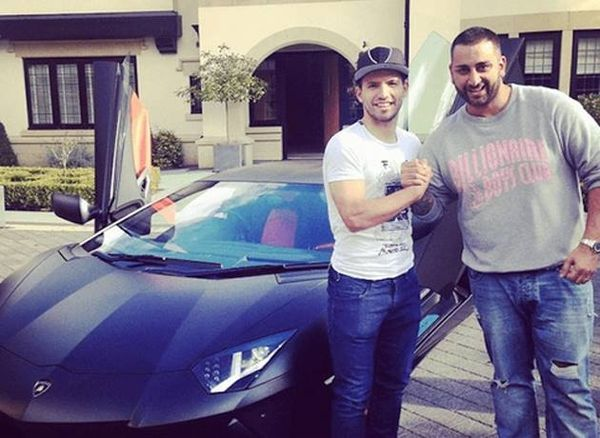 Agüero, con el Lamborghini Aventador que se compró en 2014.