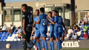 Los jugadores del Fuenlabrada celebran uno de los dos goles al...