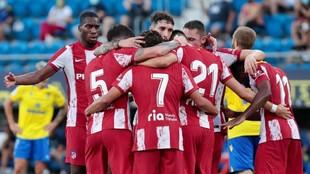 Los jugadores del Atlético celebran el gol de Carrasco.