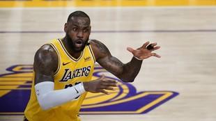 LeBron James explota contra las críticas por la edad del nuevo roster de los Lakers