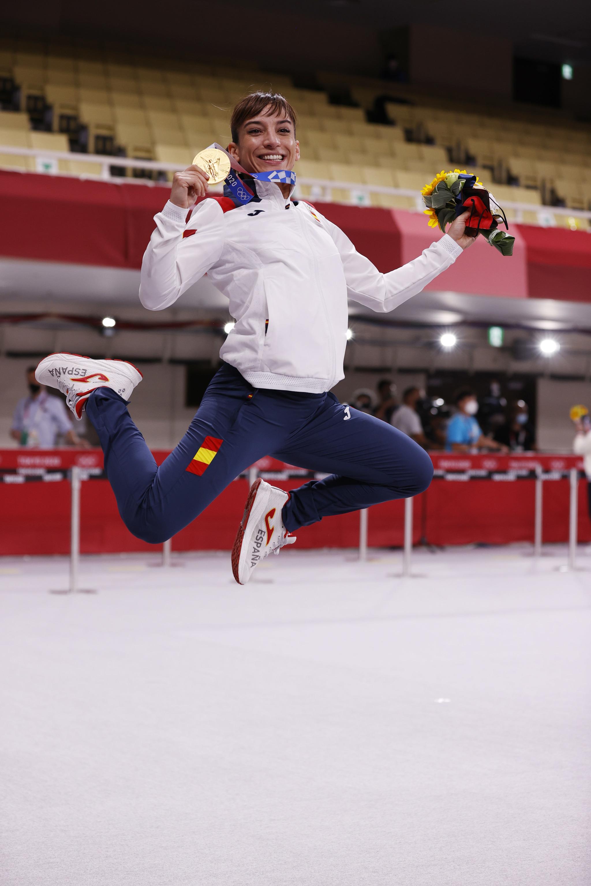Sandra celebra el oro con un gran salto.