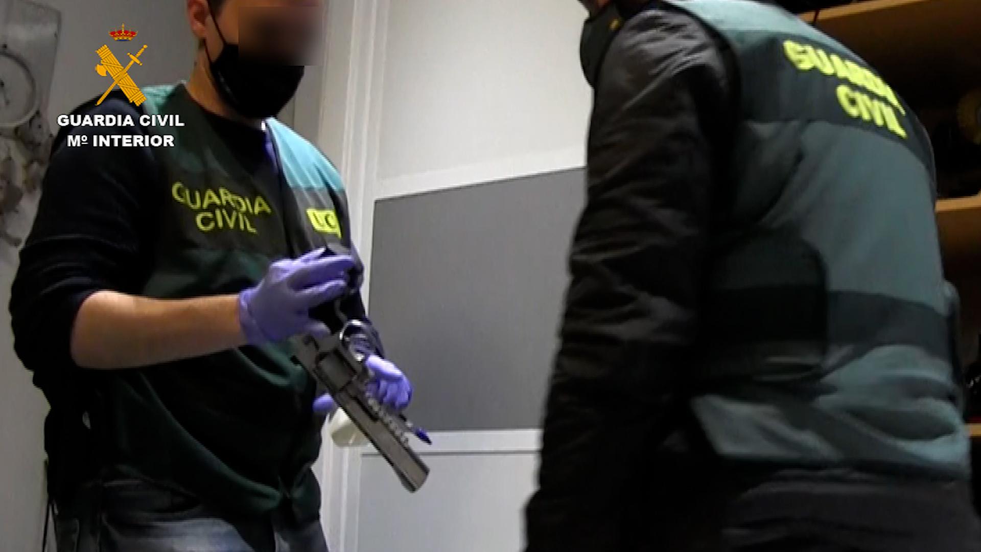 Los agentes de la Guardia Civil también han intervenido cinco armas de fuego.