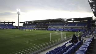 Vista del estadio El Alcoraz vacío de aficionados.