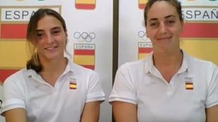 Roser Tarragó y Maica García, atendiendo a los medios