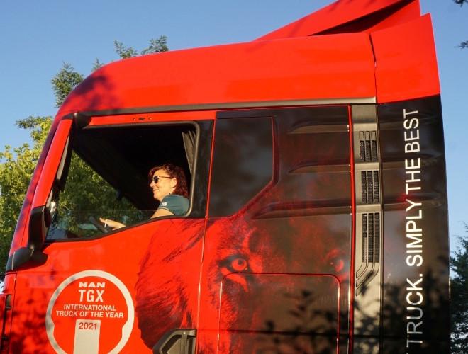"Ana Pellicer, ""camionera de toda la vida"", a bordo de la cabina del MAN TGX."