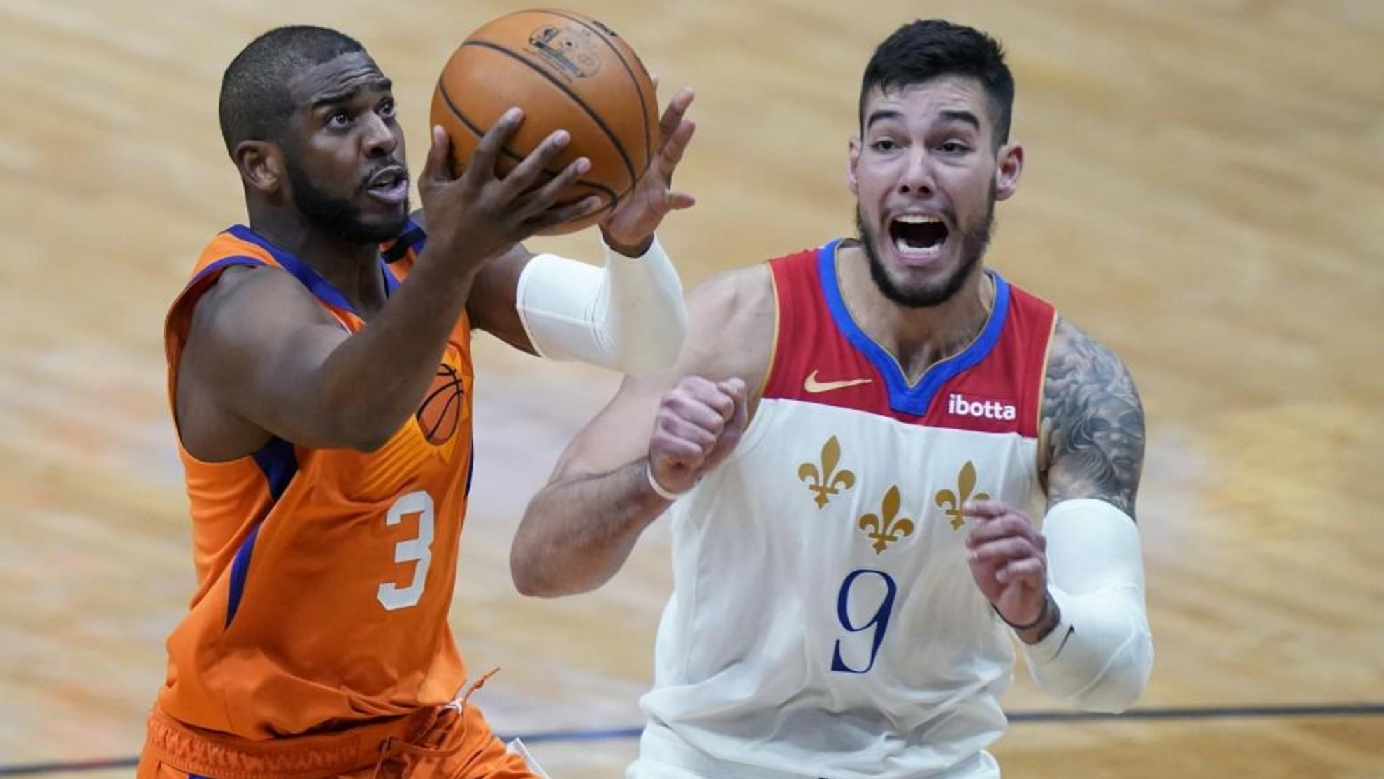 Willy Hernangómez intenta defender una penetración de Chris Paul en un Suns-Pelicans.