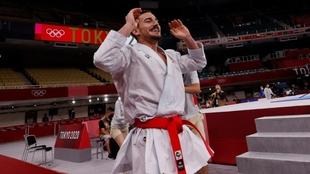 Damián Quintero celebra su medalla de plata.