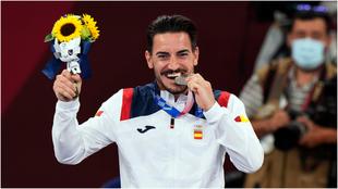 Damian Quintero, en el podio con la medalla de plata.
