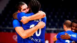 Nikola Karabatic se abraza con Dika mem al término de la final /