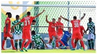 Lucas Verissimo marca el primero del Benfica.