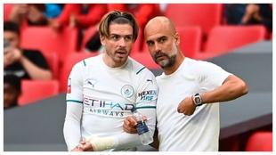 Jack Grealish recibe instrucciones de Guardiola antes de saltar al...