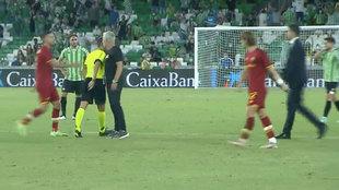 ¡La Roma con ocho, expulsado también Mourinho con trifulca...!