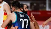 Ricky Rubio y Luka Doncic se abrazan tras el Eslovenia vs España.