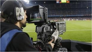 Operador de cámara de TV, durante un Valladolid-Barcelona.