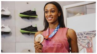 Ana Peleteiro posa sonriente con su medalla de bronce en la tienda...