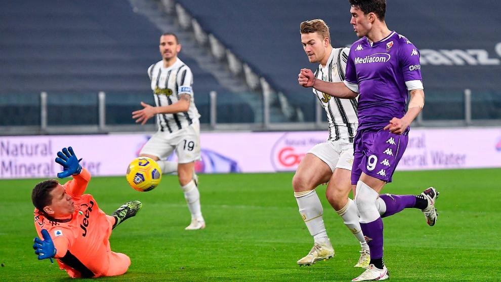 Dusan Vlahovic dinks his shot over Juventus goalkeeper Wojciech Szczesny.