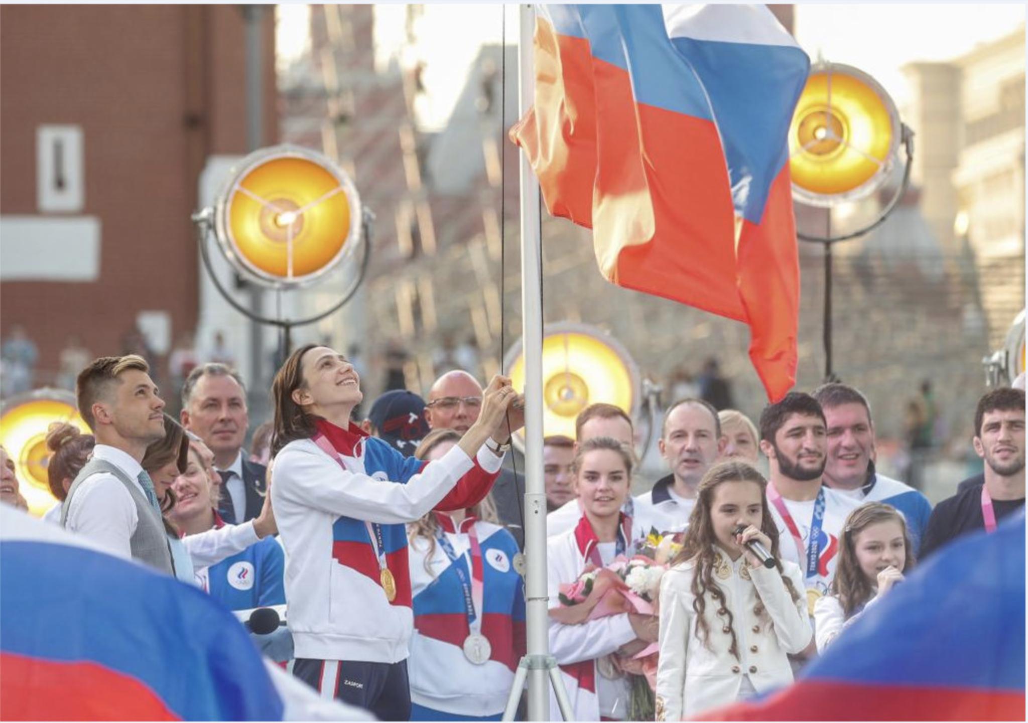 María Lasitskene (28) izando la bandera de Rusia durante el acto de homenaje.