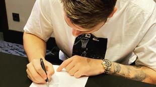 Luka Doncic, en el momento de la firmar su nuevo contrato con los...