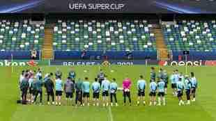 Los jugadores del Villarreal, en el escenario de la final de la...