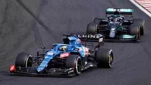 Alonso, sujetando a Hamilton.