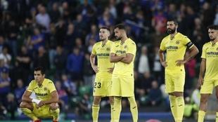 Los jugadores del Villarreal se lamentan tras la derrota.