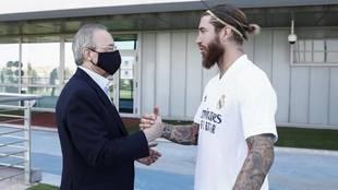 Florentino Pérez saluda a Sergio Ramos en la Ciudad Deportiva.