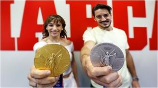 Sandra Sánchez y Damián Quintero posan con el oro y la plata...