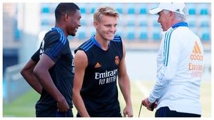 Alaba, Odegaard y Ancelottto, en un entrenamiento.