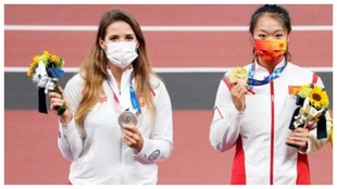 Maria Andrejczyk, a la izquierda, con su medalla de plata olímpica.