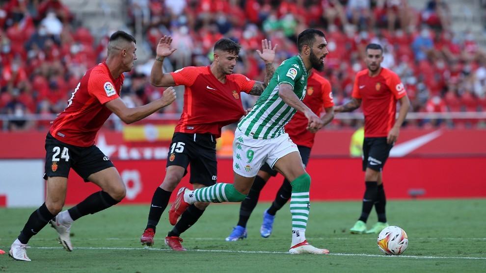 Borja Iglesias, rodeado de jugadores del Mallorca.