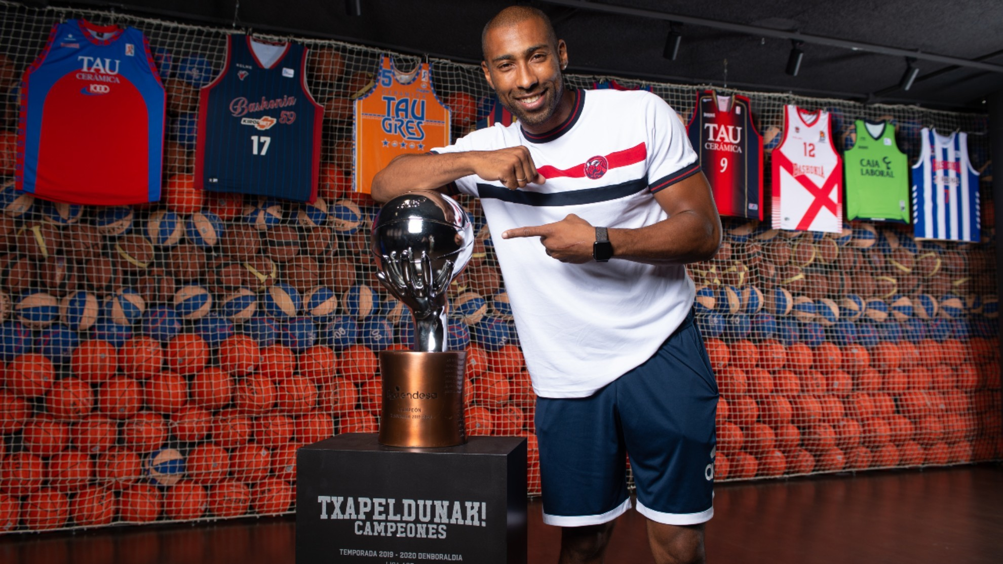Jayson Granger poses with the league champion trophy won by Baskonia two seasons ago.