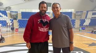 Adam Sandler y Sergio Scariolo posan en la cancha de baloncesto.