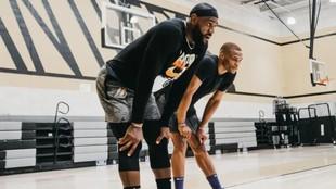 LeBron James, entrenándose junto a Russell Westbrook en el campus de...
