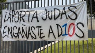 Pancarta contra Joan Laporta en el Camp Nou.