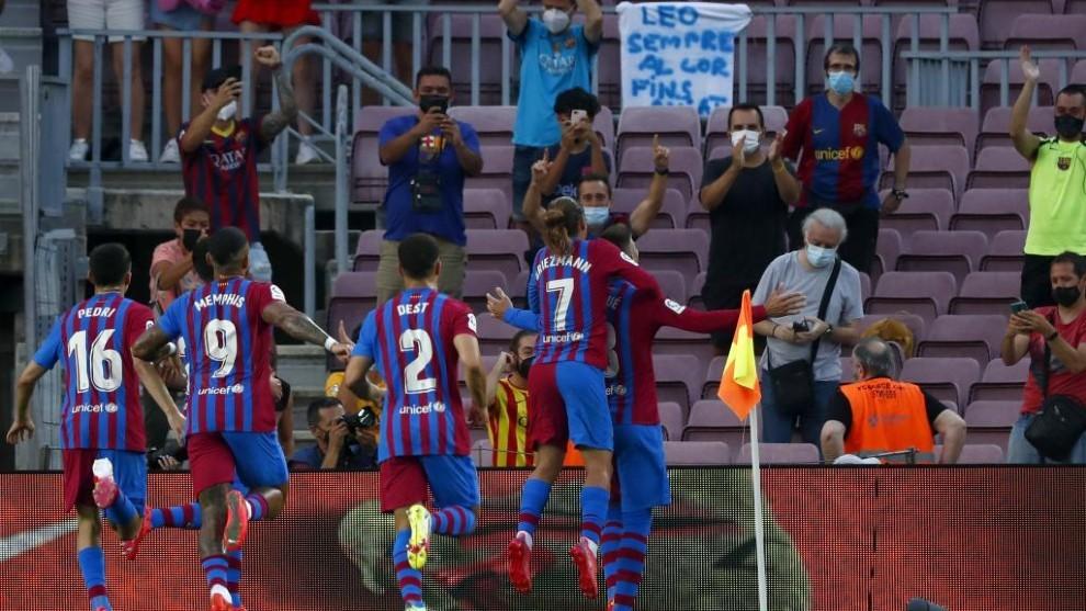 Gerard Piqué celebra con la grada y sus compañeros el 1-0 que marcó...